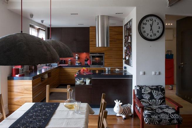 Kuchnia z salonem. Nowoczesna kuchnia w ciemnym kolorze