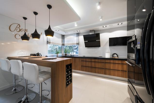 Zobacz galerię zdjęć Biało czarna kuchnia i drewniane meble kuchenne  Strony