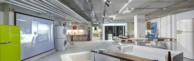 Szarość w nowoczesnym wnętrzu. Loftowy showroom Pracowni AGD w Gdyni