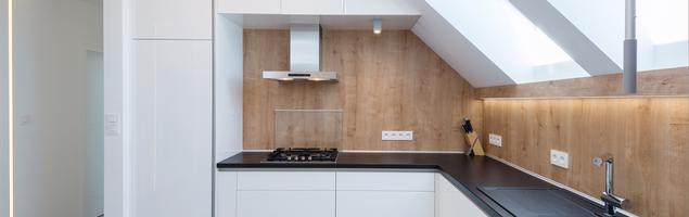 Pomysł na minimalistyczną białą kuchnię urządzoną w stylu skandynawskim